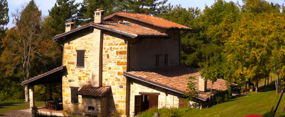 Country house in the countryside, with lovely small lake and 75,000 square meters of woods. Serramazzoni (Modena). Sale.