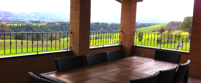 Beautiful penthouse apartment overlooking the hills, Cadiroggio Castellarano (RE). For Sale.