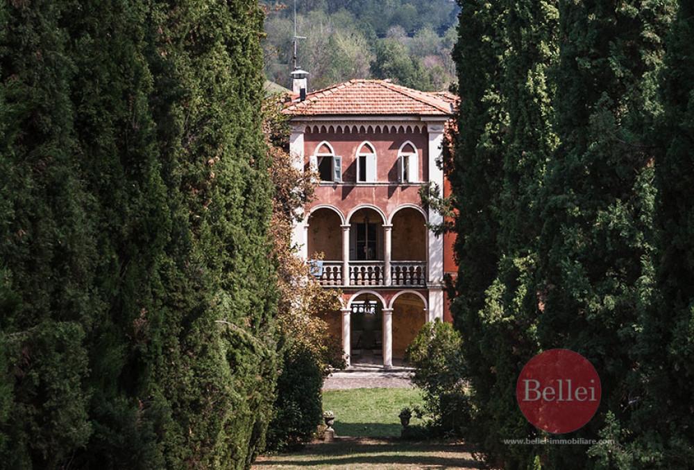 Splendida villa antica con piscina e immersa nel verde della collina di Fiorano