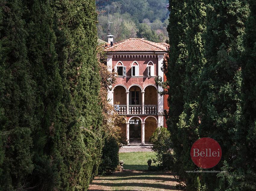 Splendida villa antica con piscina e immersa nel verde for Piani di serra in collina